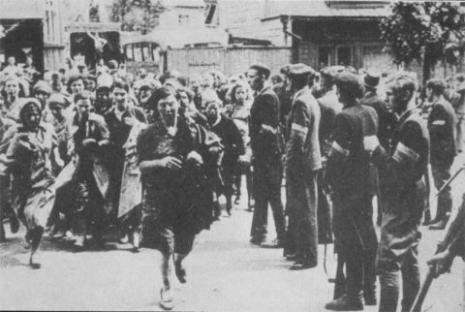 Fascisti lituani, per conto dei nazisti, controllano il permesso di lavoro (guarda un po'...) alle prigioniere ebree