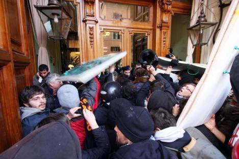 2010-11-24-studenti-assalto-senato-1.jpg