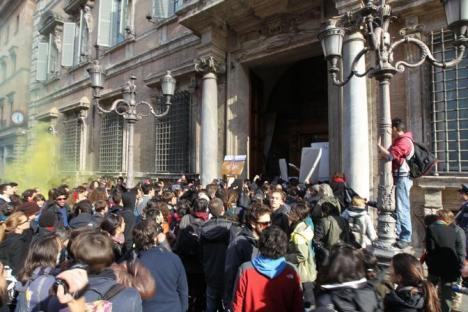 2010-11-24-studenti-assalto-senato-2.jpg