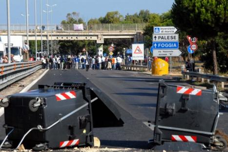 2011-08-01-bari-migrants.jpg