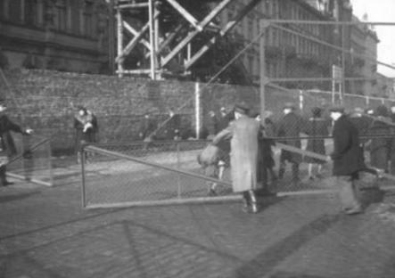 1940-11-16-warsaw-ghetto-wall.jpg